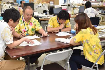アロハシャツなどを着て、仕事に臨む日南市観光・スポーツ課の職員
