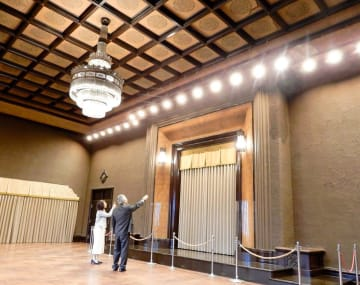 復元された県庁本庁舎の「正庁」。中央が当時の奉安殿
