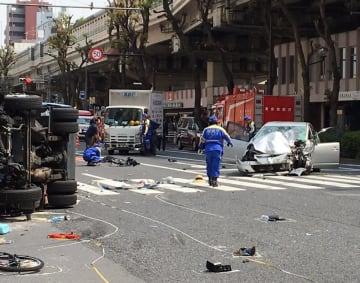 東京・池袋で起きた事故の現場。暴走し大破した乗用車(右)と、衝突され横転したゴミ収集車(左)(一部加工、ユーザー提供)