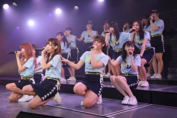 NGT48チームGの千秋楽公演。手前左から2人目が山口真帆さん=21日、新潟市中央区(C)AKS