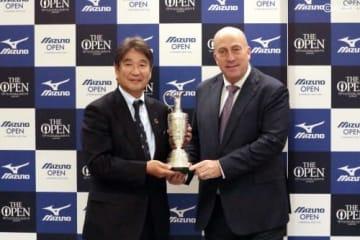 全英オープン優勝の証「クラレットジャグ」を水野社長(左)に手渡すウォール氏(撮影:ALBA)