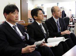 報道陣の取材に応じる神戸市交通局の幹部ら=22日午後、神戸市役所