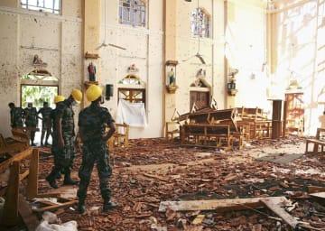 スリランカ西部ネゴンボで、爆破テロが起きた教会の内部=22日(ロイター=共同)