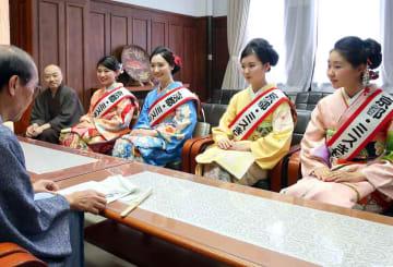 市役所を訪れ、着物の魅力をアピールする「京都・ミスきもの」(京都市中京区・市役所)