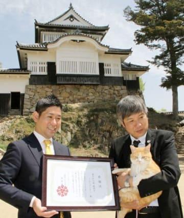 板倉さん(左)から感謝状を贈られるさんじゅーろー