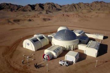 中国の「火星基地」が完成=周囲は荒涼たる砂漠、中学生らがさっそく体験