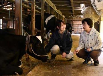 木下さん(右)から引き継いで、農水省官僚から酪農家としての道を歩み始めた田島さん