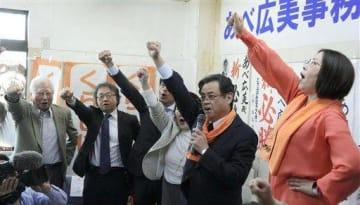 事務所開きで気勢を上げる阿部広美氏(右)。連合熊本や立憲民主党、国民民主党のほとんどの幹部は姿を見せなかった=21日、熊本市中央区神水本町