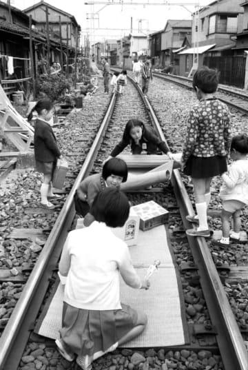 <あのころ>線路でままごと遊び