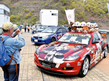 会場に所狭しと並んだ個性豊かな「痛車」=21日午前、秩父市の浦山ダム