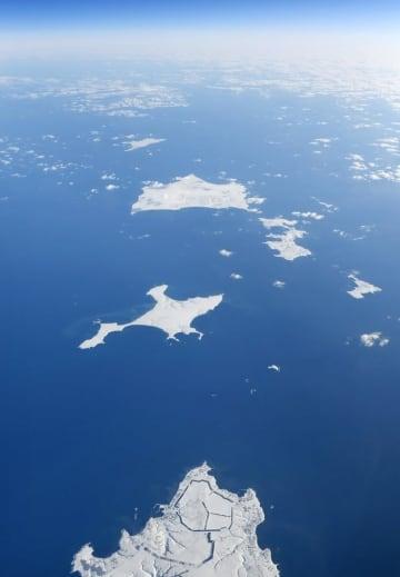 北海道・根室半島の納沙布岬(下)沖に広がる北方領土。中央は歯舞群島、左上は色丹島
