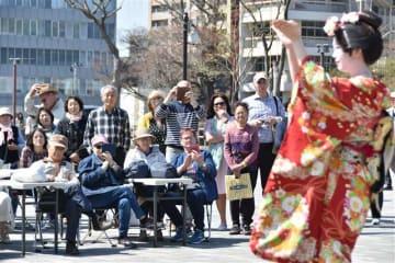 あきた舞妓らが出演した歓迎イベント。多くの乗客が訪れ、本県の伝統芸能などを楽しんだ=秋田市のエリアなかいち