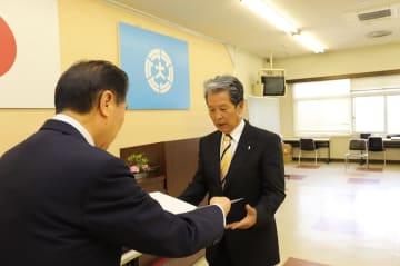 当選証書を受け取る松尾さん(右)=大村市役所