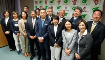 【鈴木知事(前列中央)に会の設立を報告した発起人ら=三重県庁で】