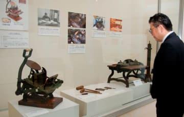 【明治の頃の印刷機など約80点が並ぶ「企画展」=亀山市若山町の市歴史博物館で】