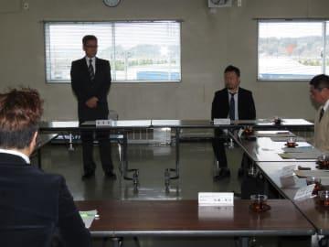 実行委の委員長に就任し、あいさつする佐藤隆司八食センター理事長(左)。右は全日本さば連合会の小林崇亮会長=22日、八戸市