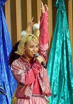りゅうちぇるが激しいダンスに熱い歌声! RYUCHELL、沖縄・宜野湾で初アルバム発売ライブ「個性を出してハッピー」