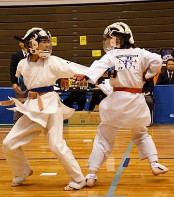 組手女子小学5、6年上級で優勝した鈴木沙彩(左)