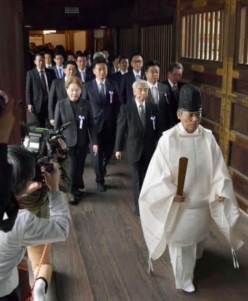 集団で参拝に向かう「みんなで靖国神社に参拝する国会議員の会」の尾辻秀久会長(前列右)ら=23日午前、東京・九段北