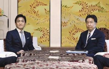 会談に臨む国民民主党の玉木代表(左)と立憲民主党の枝野代表=23日午前、国会