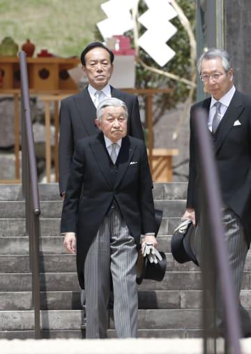 昭和天皇が埋葬されている武蔵野陵を参拝された天皇陛下=23日午前、東京都八王子市