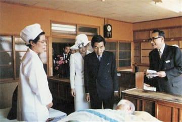 1977年10月14日に青森市の松丘保養園を訪れ、入所者を見舞う皇太子夫妻時代の両陛下の写真。同園の創立80周年記念誌に掲載されている