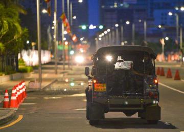 爆発のあった市街地周辺の道路をパトロールする治安部隊の車両=23日、コロンボ(共同)