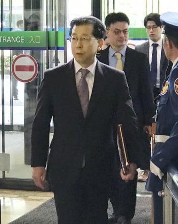 外務省に入る韓国外務省の金容吉東北アジア局長=23日午前