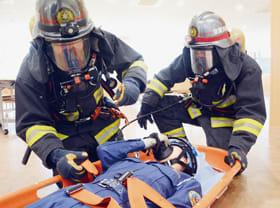 消火訓練で迅速な行動を見せる隊員たち