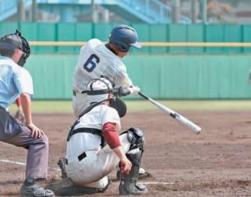 【福岡大大濠―大分】9回裏大分1死三塁、田中がサヨナラの右前打を放つ=鴨池公園球場