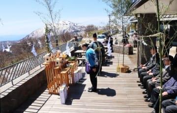 眼下に雄大な風景が広がる展望デッキで行われたドンデン高原の山開き=20日、佐渡市椿
