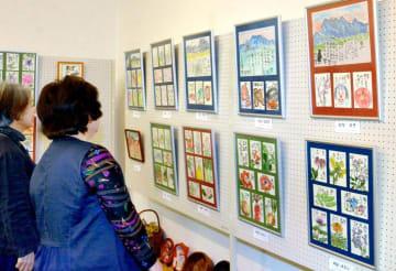 多彩な作品が並ぶ「ほのぼの絵手紙展」