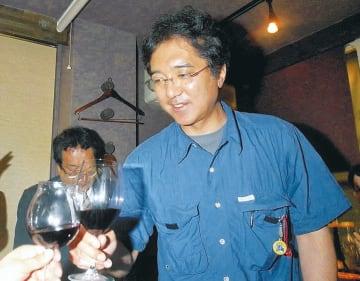 直木賞受賞の知らせに、仲間と乾杯する熊谷さん=2004年7月15日、仙台市青葉区