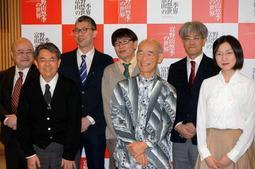 富野由悠季さん(右から3人目)と巡回各館の担当学芸員ら=東京都千代田区