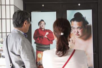 荒磯親方の特別展で写真を見る来館者=23日午後、東京都墨田区