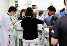 患者を処置する救命救急センターのスタッフ。10連休は増員し、手薄になる地域医療を支える=神戸市中央区港島南町2、市立医療センター中央市民病院