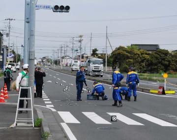 小3女児2人がはねられた事故現場を調べる捜査員=23日午前9時45分ごろ、木更津市江川