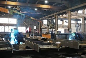 鉄骨を製造する自社工場