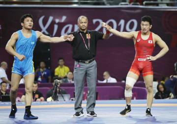 男子フリー70キロ級決勝で、カザフスタン選手(左)に敗れた志賀晃次郎=西安(共同)