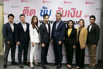豊田通商タイランドとの業務提携を発表したフレア(タイランド)の神谷CEO(左から4人目)=23日、バンコク(NNA撮影)