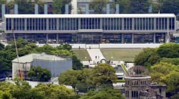 25日にリニューアルオープンする原爆資料館本館。手前右は原爆ドーム