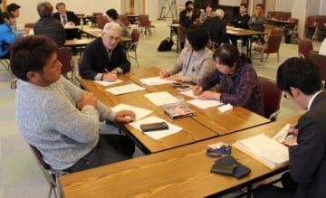 グループに分かれて話し合う参加者=姫島村の離島センターやはず