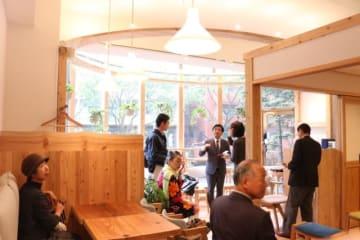 福岡市にオープンしたカフェ「Ta―Te」。日田杉がふんだんに使われ、店内は心地良い木の香りが広がる=福岡市中央区