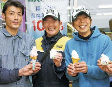 製品を紹介する片倉前会長(右)ら角笛会のメンバー