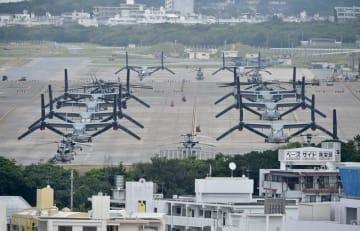 米軍普天間飛行場に駐機するオスプレイやヘリ