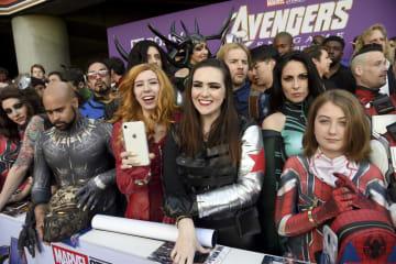 22日、米ロサンゼルスで開かれた「アベンジャーズ エンドゲーム」のプレミア上映に集まった、マーベル作品のキャラクターのコスプレをしたファンたち(AP=共同)