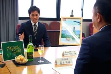 【鈴木知事(右)に「フィサリスゴールド」の発売を報告する岩本社長=三重県庁で】