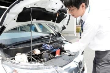 運転前のエンジンオイル量のチェックが重要=熊本市東区のJAF熊本支部