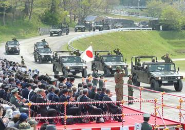 装備車両による観閲行進=21日、和泉市の陸自信太山駐屯地