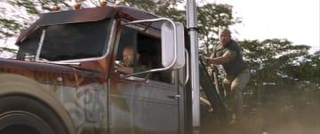 車が連鎖しヘリをチェーンで引っ張り落とす!『ワイルド・スピード/スーパーコンボ』予告編が到着!